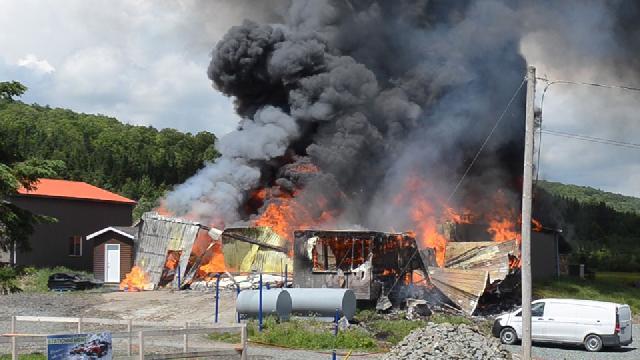 Un violent incendie détruit le garage et les ateliers du Mont-Orignal